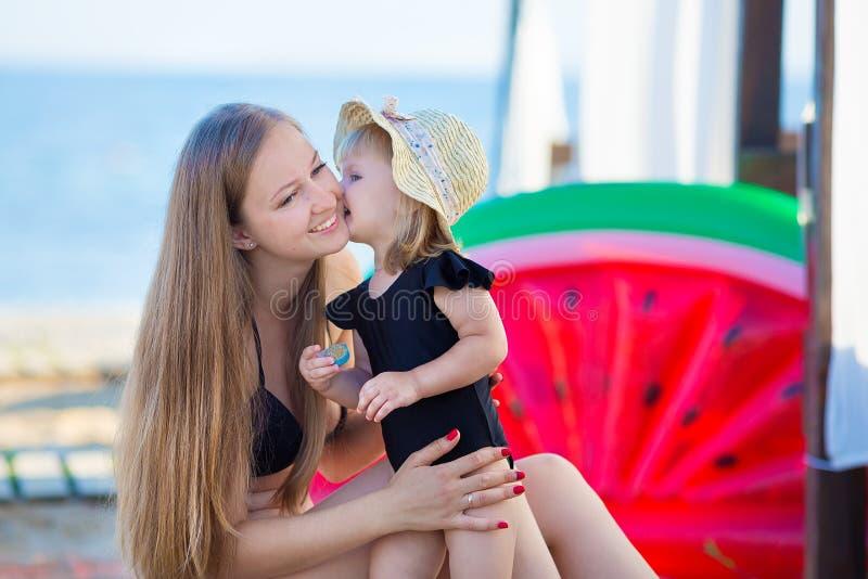 系列父亲女孩愉快的生活方式一点 松弛和享有生活 明亮的颜色 有逗人喜爱的女儿夏天旅行的顶视图年轻母亲,水 免版税库存照片