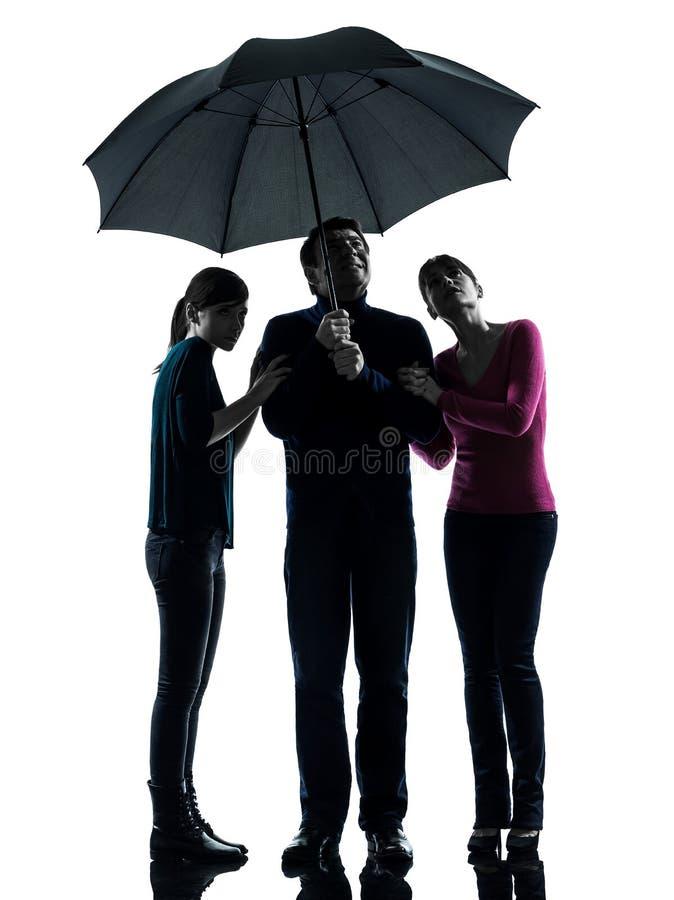 系列父亲母亲女儿在伞下   免版税库存照片