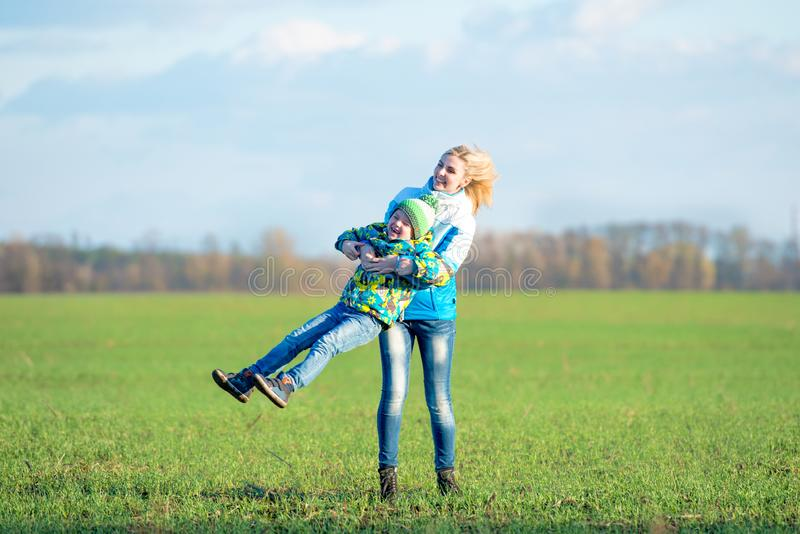 系列结构 走在自然的母亲和儿子 一起获得乐趣 库存照片