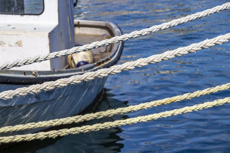 系泊缆和一条小船在卡瓦拉,希腊港  免版税库存图片