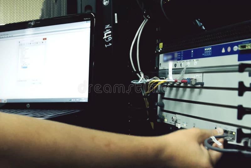 系统管理员调试服务器硬件 免版税库存照片