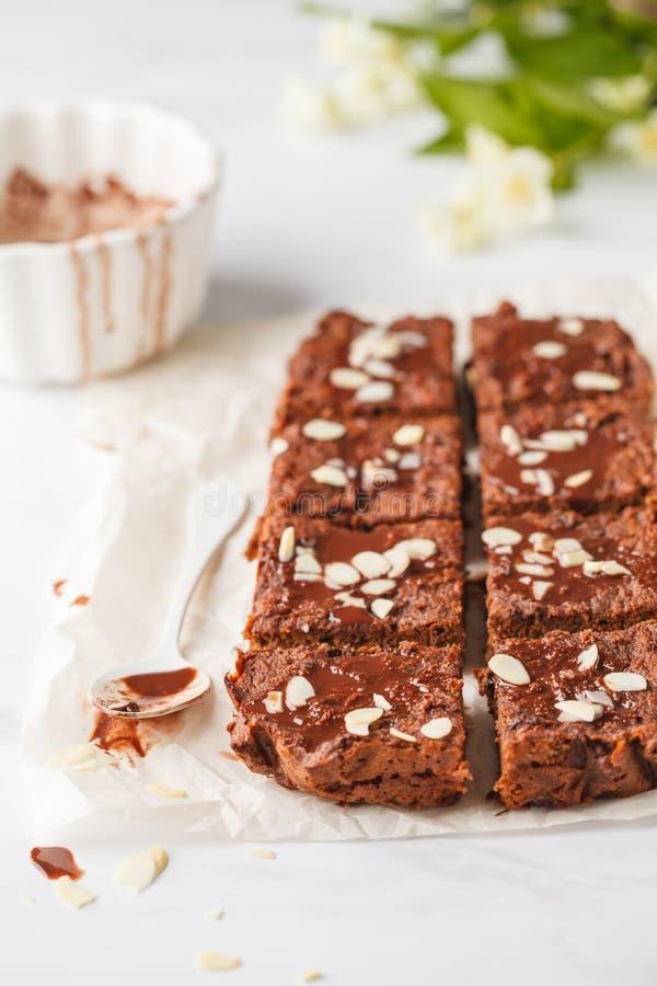 素食主义者可可粉南瓜果仁巧克力用在白色桌上的杏仁 健康 免版税库存照片