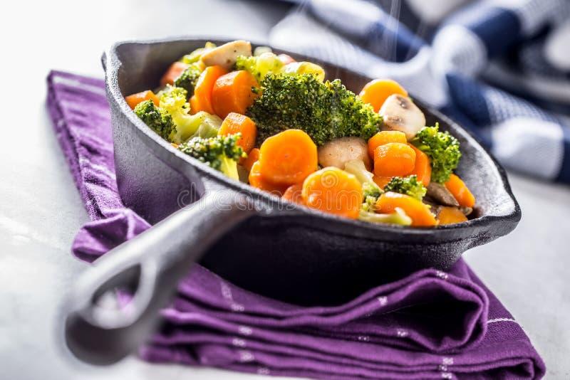 素食主义者平底锅 素食食物-硬花甘蓝红萝卜蘑菇盐溶在黄油的胡椒 免版税图库摄影