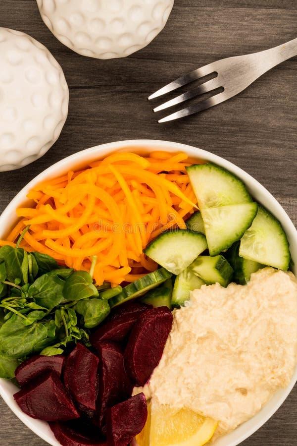 素食主义者或素食主义者沙拉食物碗用甜菜根Hummus红萝卜 免版税库存照片