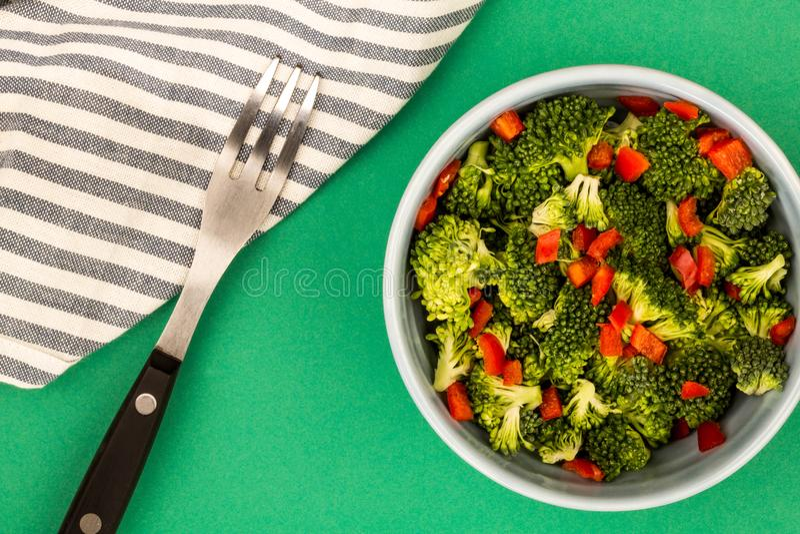 素食主义者或素食主义者食物碗硬花甘蓝和辣椒 库存照片