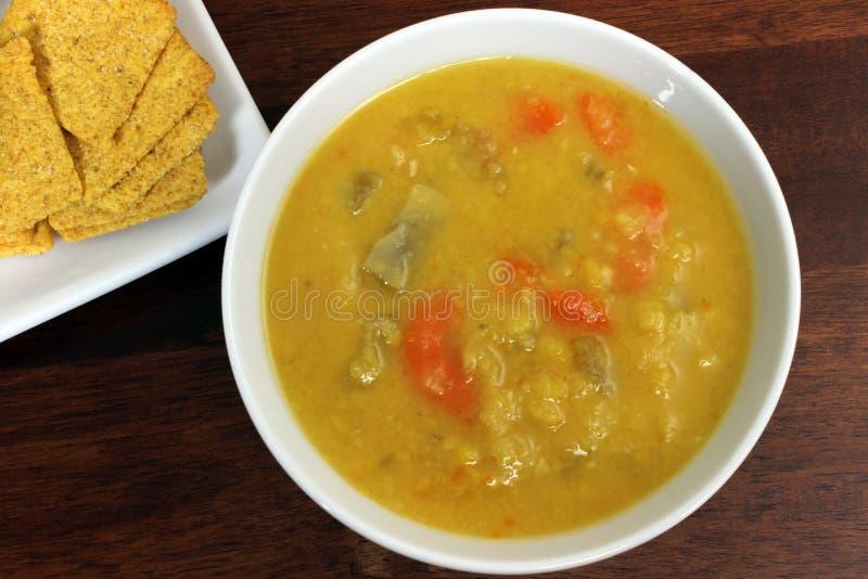 素食主义者或素食主义者黄色分开的浓豌豆汤用薄脆饼干 库存照片