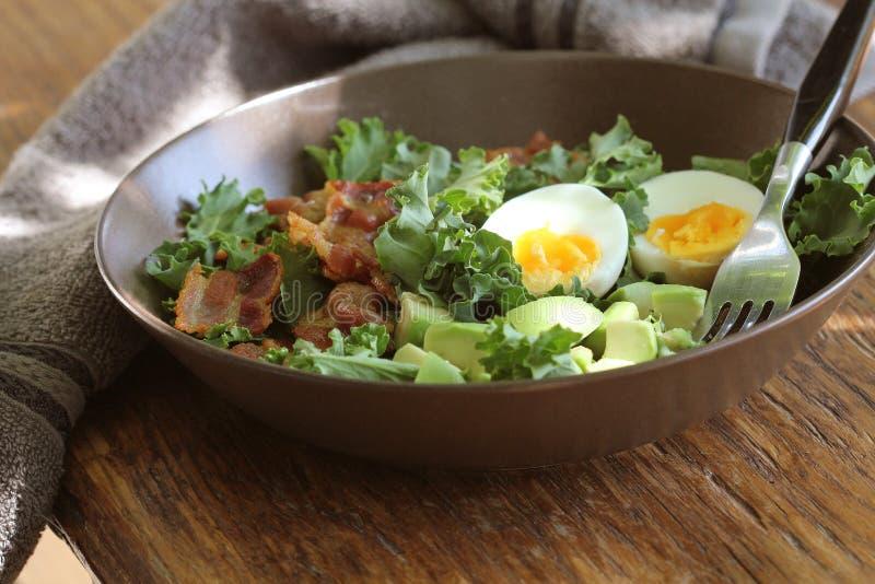 素食主义者沙拉用无头甘蓝、鲕梨、酥脆烟肉、鸡蛋和香醋选矿 库存图片