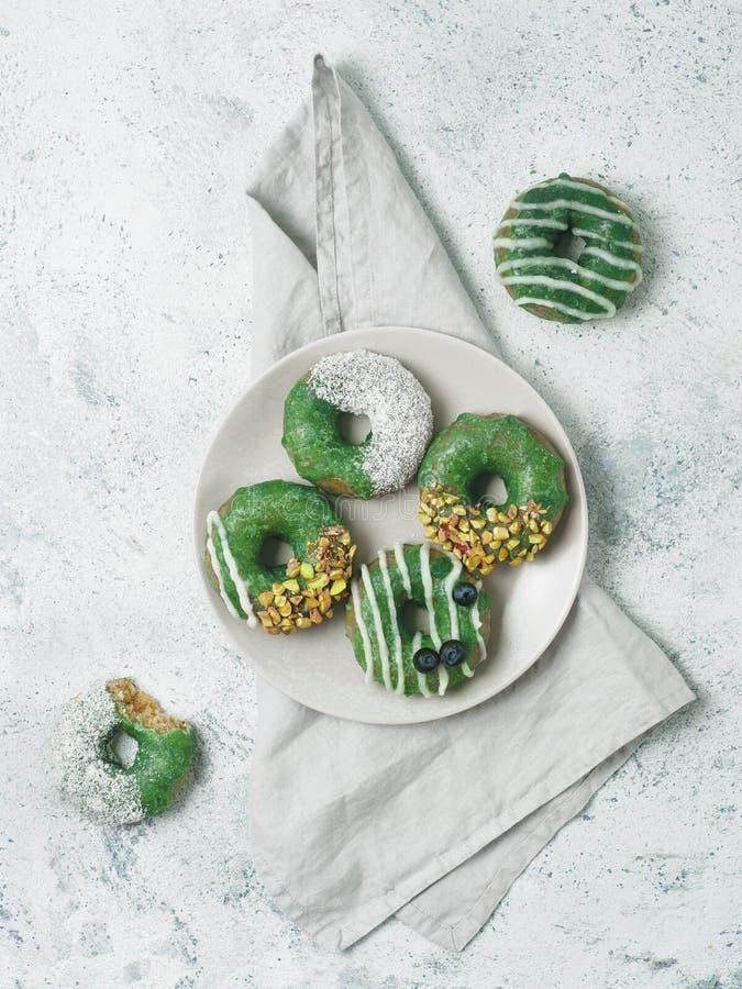 素食主义者油炸圈饼冠上了matcha茶釉 免版税库存照片