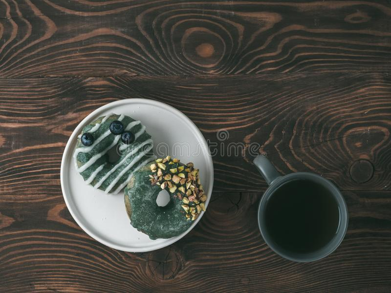 素食主义者油炸圈饼冠上了spirulina釉和茶 免版税库存图片