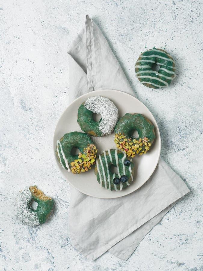 素食主义者油炸圈饼被冠上的spirulina釉 免版税库存图片