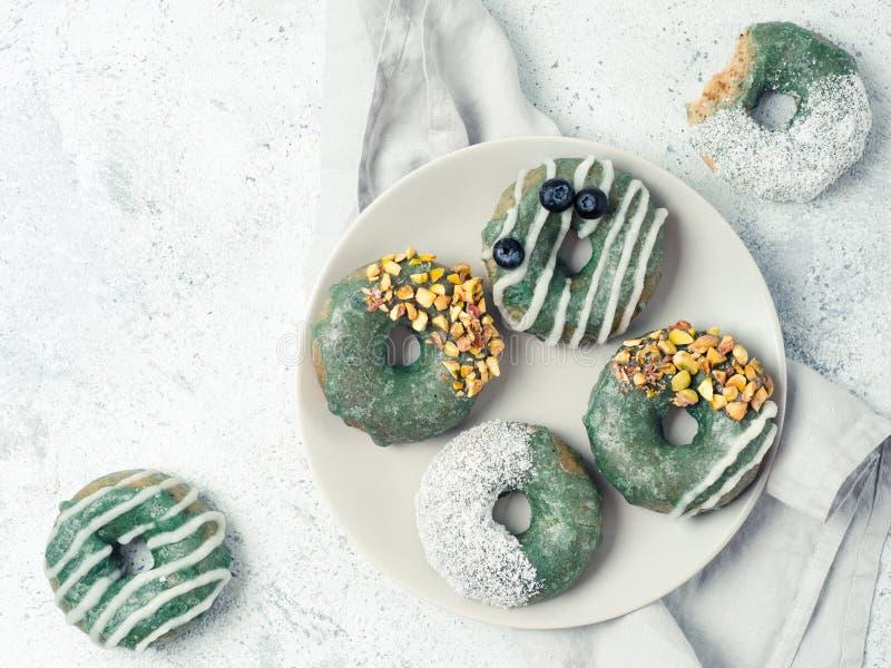 素食主义者油炸圈饼被冠上的spirulina釉 库存照片