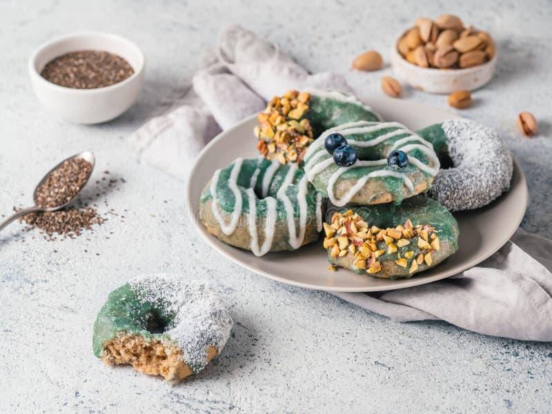 素食主义者油炸圈饼被冠上的spirulina釉 图库摄影