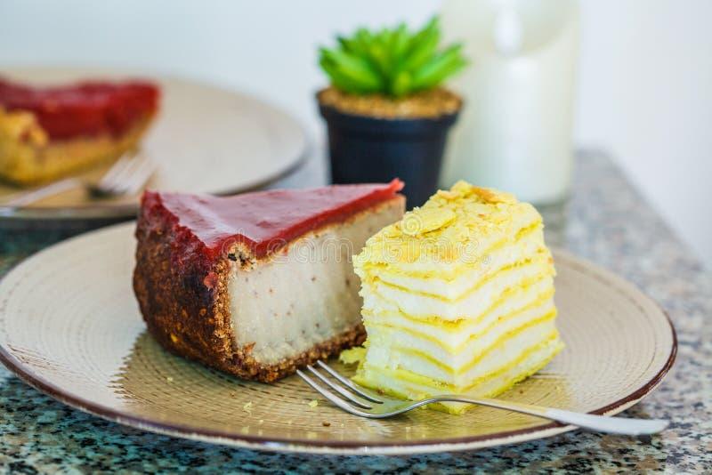 素食主义者点心:莓果蛋糕、拿破仑蛋糕和乳酪蛋糕在餐馆 库存图片