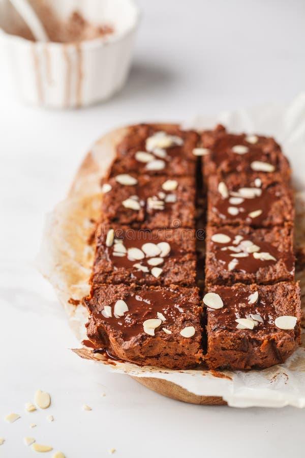 素食主义者白薯果仁巧克力用在白色桌上的杏仁 健康 库存图片