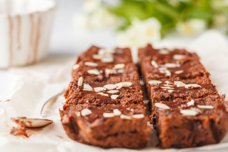 素食主义者白薯果仁巧克力用在白色桌上的杏仁 健康 免版税库存图片