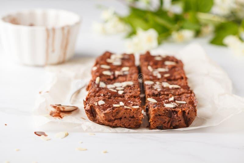 素食主义者白薯果仁巧克力用在白色桌上的杏仁 健康 图库摄影