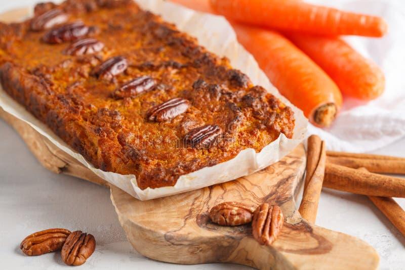 素食主义者红萝卜面包用胡桃,轻的背景 健康素食主义者f 库存图片