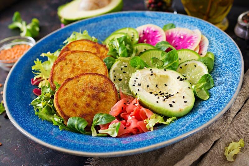 素食主义者菩萨碗晚餐食物桌 健康素食主义者午餐碗 油炸馅饼用扁豆和萝卜,鲕梨沙拉 免版税库存图片