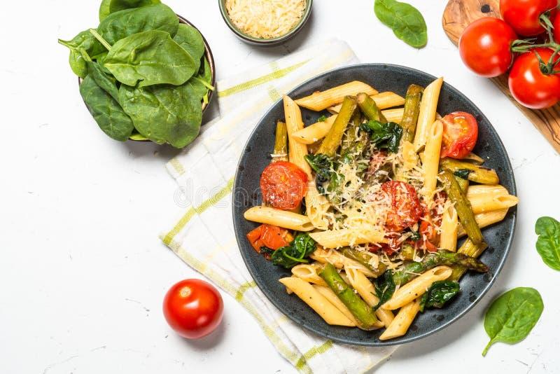 素食主义者面团penne用菠菜、芦笋和蕃茄 免版税库存照片