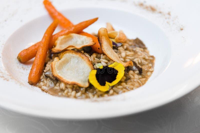 素食主义者面筋自由的意大利煨饭用狂放的蘑菇,给上釉的红萝卜, p 库存照片
