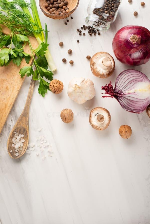 素食主义者食物、戒毒所、鲕梨、果子、绿豆、硬花甘蓝、坚果和蘑菇 饮食和健康食品、维生素和体育 平位置 图库摄影