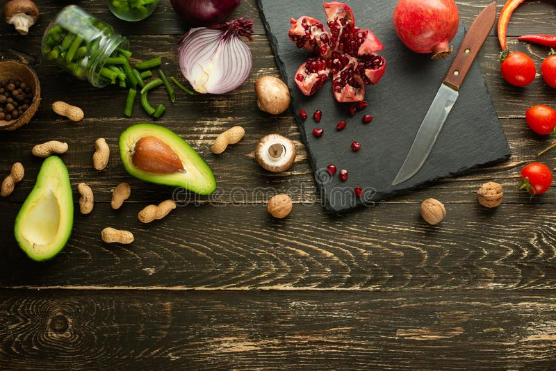 素食主义者食物、戒毒所、鲕梨、果子、绿豆、硬花甘蓝、坚果和蘑菇 饮食和健康食品、维生素和体育 平位置 库存图片