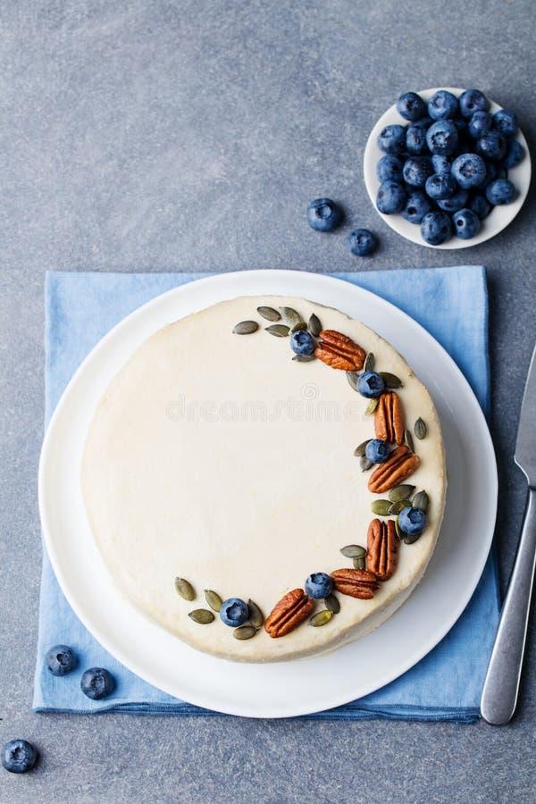 素食主义者,未加工的胡萝卜糕 健康的食物 背景灰色石头 顶视图 复制空间 库存照片
