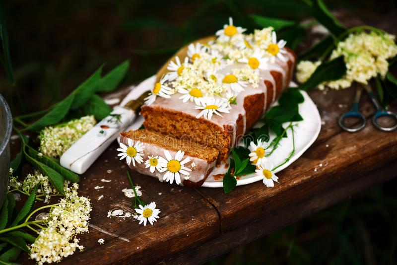 素食主义者elderflower蜂蜜柠檬毛毛雨蛋糕 图库摄影