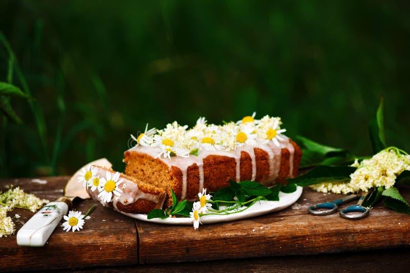 素食主义者elderflower蜂蜜柠檬毛毛雨蛋糕 免版税库存图片