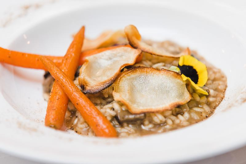 素食主义者gluten-free意大利煨饭用狂放的蘑菇,给上釉的红萝卜,p 库存图片