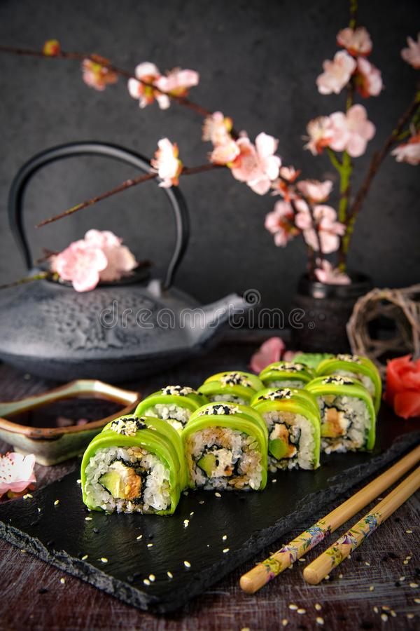 素食寿司卷鲕梨用奶油色费城乳酪,芝麻, unagi调味汁 寿司菜单 库存图片