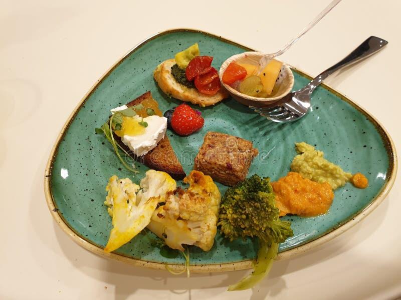 素食开胃菜-新鲜蔬菜、果子、面包和乳酪 库存图片