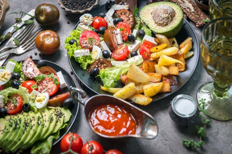 素食晚餐-油煎的土豆和新鲜蔬菜沙拉 库存图片