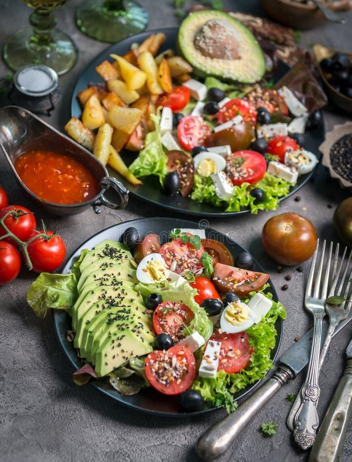 素食晚餐-油煎的土豆和新鲜蔬菜沙拉 免版税库存照片