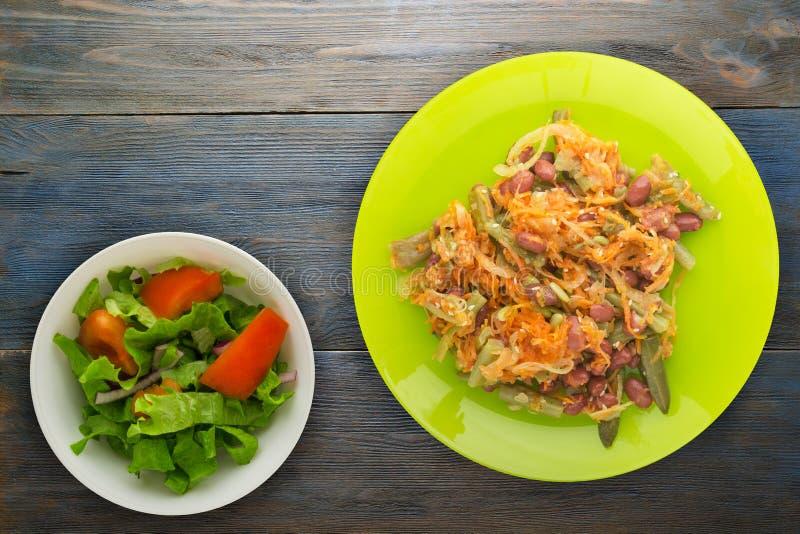 素食沙拉 健康的食物 豆、芦笋、葱、红萝卜和芝麻沙拉在一块板材在木背景 免版税库存图片