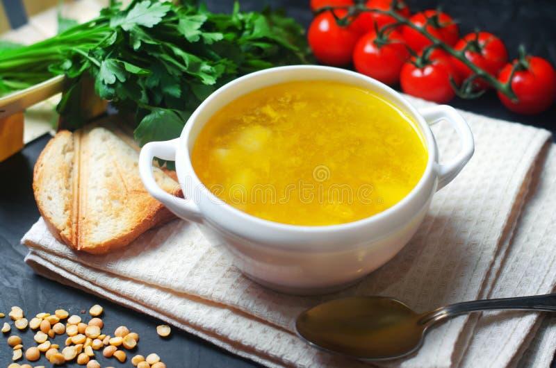 素食浓豌豆汤用土豆和绿色 豆科的食物 健康早餐黑色混凝土背景 选择聚焦 免版税库存图片