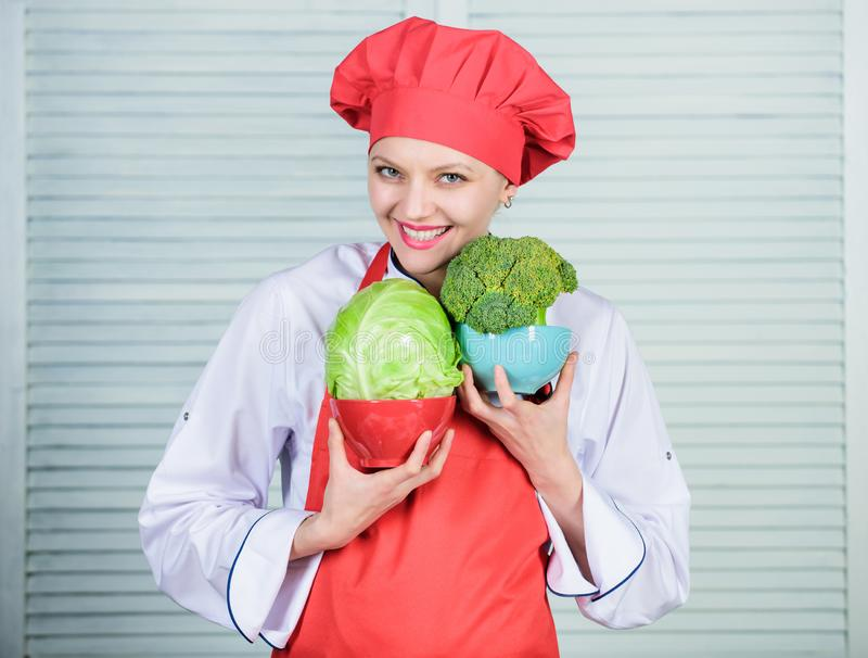 素食烹调富有的维生素 愉快的妇女爱健康食品、硬花甘蓝和圆白菜 ?? 专业厨师烹调 免版税图库摄影