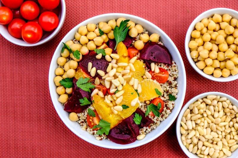 素食碎小麦和奎奴亚藜午餐碗 库存照片
