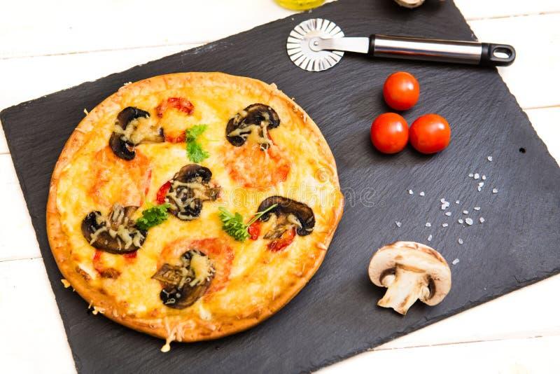 素食薄饼用蘑菇在白色木桌上服务和 免版税库存照片
