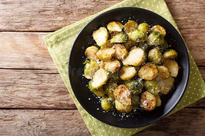 素食食物:油煎的抱子甘蓝用大蒜和巴马干酪 库存照片