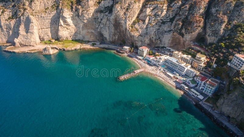 索伦托海岸阶海滩的鸟瞰图,旅行概念,文本的,欧洲,意大利旅行概念,假期空间 免版税图库摄影