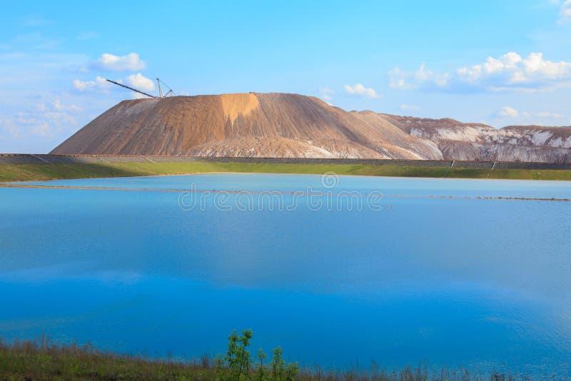 索利戈尔斯克山。索利戈尔斯克市附近的钾盐山。索利戈尔斯克山。钾肥厂。索利戈尔斯克市附近ç 免版税库存照片