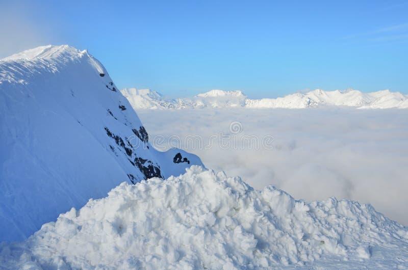 索契,俄罗斯,高加索山脉,云彩密集的层数在罗莎谷的 从罗莎峰顶看 图库摄影