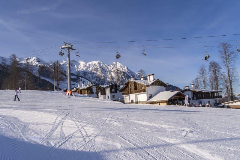 索契,俄罗斯,11-01-2018 罗莎Khutor滑雪胜地 其中一个滑雪倾斜在一个晴天 库存照片