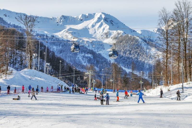 索契,俄罗斯- 2018年1月3日:在多雪的山背景的滑雪轨道  免版税库存照片