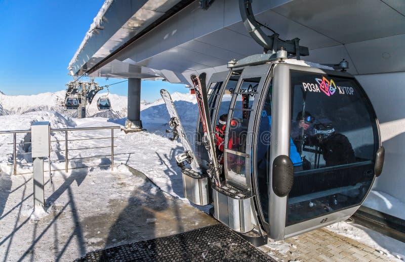 索契,俄罗斯- 2013年12月18日:在罗莎Khutor冬天山滑雪场的滑雪吊车 电车看法的驻地关闭 风景 免版税库存图片