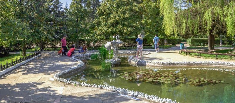索契,俄罗斯- 2018年4月27日:池塘在里维埃拉公园 免版税库存图片