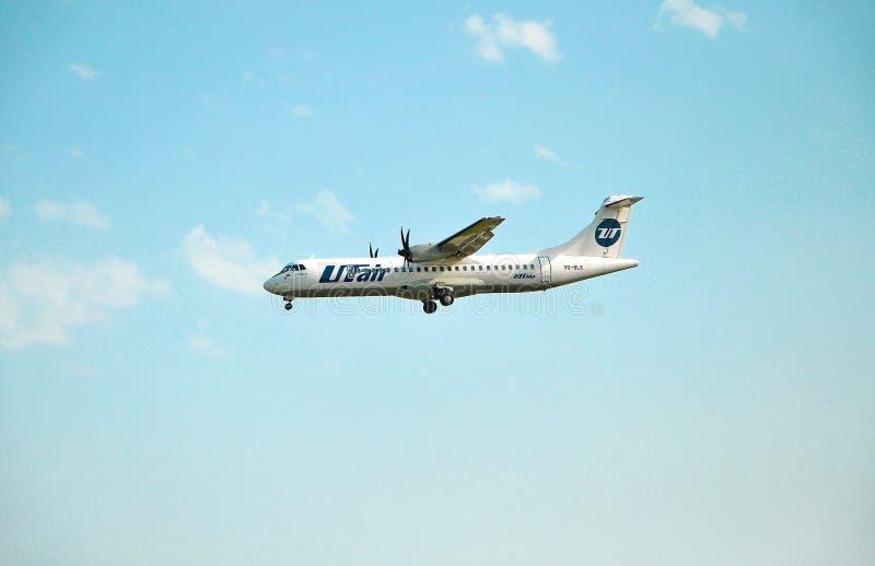 索契,俄罗斯- 2018年10月8日-飞机ATR-72-212A UTair航空公司VQ-BLK  免版税库存图片