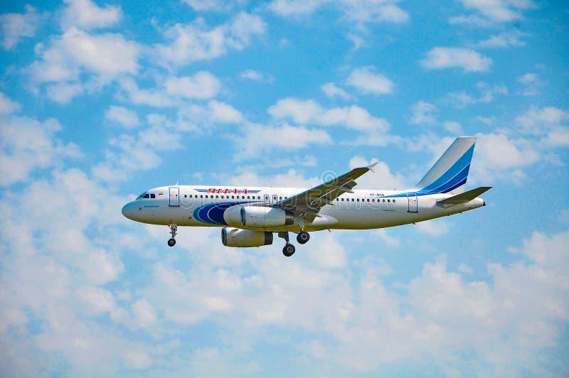 索契,爱德乐,俄罗斯- 2018年10月8日-飞机空中客车A320-232 Yamal航空公司VP-BCN  库存照片