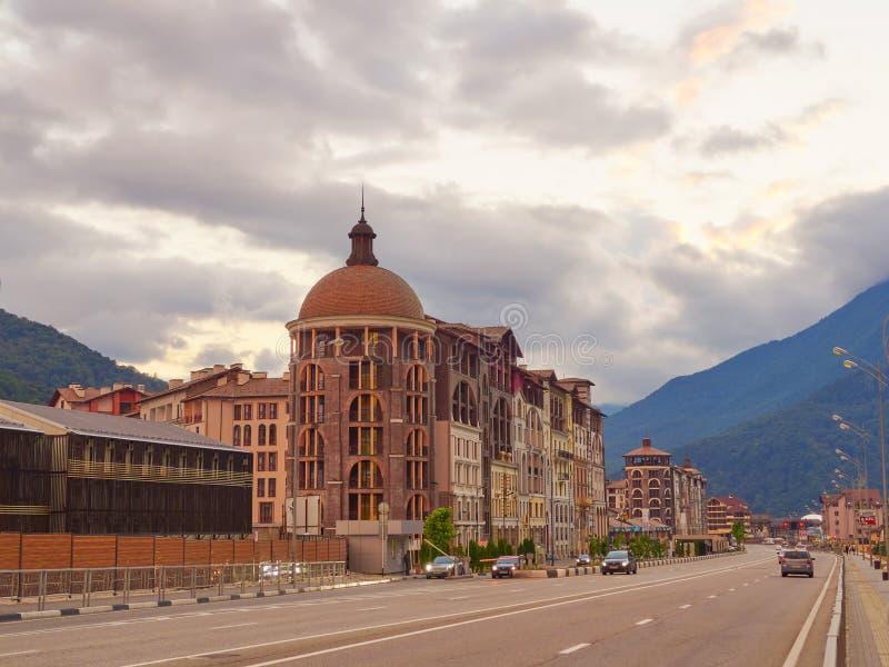 索契-俄国Feseration - 2017年7月23日-复杂现代旅馆山的高尔基Gorod的看法 免版税库存照片